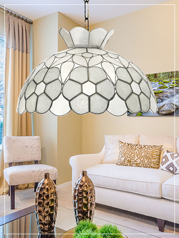 Pendant Tiffany style lampshade Daisy in a home.